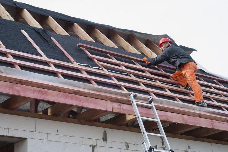 montaż membrany dachowej przez fachowca