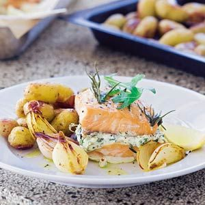 Gevulde zalm uit de oven is een lekker recept en bevat de volgende ingrediënten: 2 zalmfilets (a 600 g), 1 citroen, 1 zakje Italiaanse kruidenmix (20 g), 3 tenen knoflook, geperst, 200 ml crème fraîche, 3 eetlepels olijfolie, 500 g sjalotten,, geschild en gehalveerd, 1 kg krieltjes in de schil, gehalveerd, 1 eetlepel zeezout grof, 1 zak rucola (sla, 75 g)