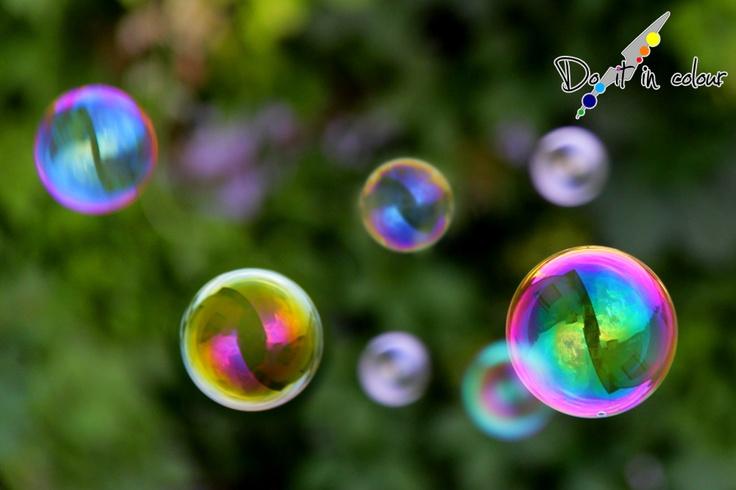 Le bolle possono salire su in alto nel cielo e vedere le nostre facce dal basso sorridere per la loro vista e per i milioni di colori che emanano.  Vivere liberi non significa essere senza regole, il rispetto degli altri deve essere sempre mantenuto, ma nel nostro piccolo possiamo creare mille percorsi differenti, e siccome siamo noi a scegliere la nostra strada, imbocchiamo la migliore per noi, non la più comoda, perchè vivere di rimpianti non è facile.