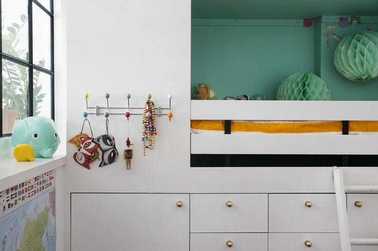 Östgötagatan sovrum platsbyggd säng förvaring guldknoppar