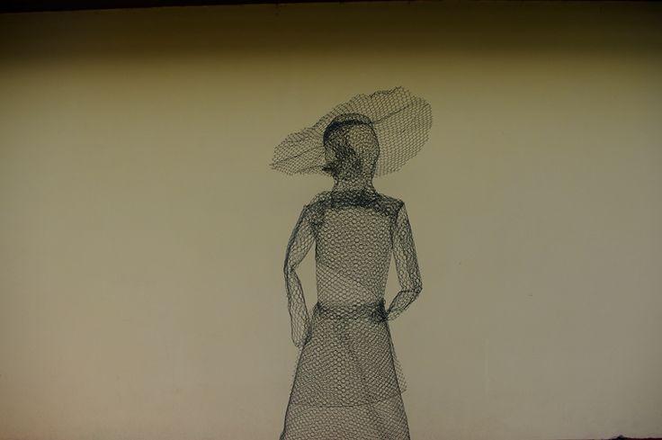 Drátěná paní - Drátěnou postavu vyrobíme z obyčejného pletiva, zvlášt vytvarujeme sukni, trup, ruce a hlavu ( DIY, Hobby, Crafts, Homemade, Handmade, Creative, Ideas)
