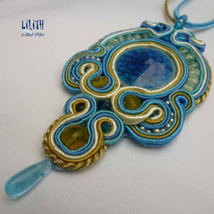Slunce v kapce vody Originální sutaškový náhrdelník, centrální keramický kabošon je obšitý žlutou,zlatou, světle a středně tyrkysovou sutaškou.