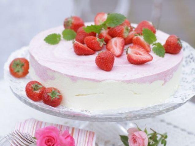 Vit och rosa, en romantisk tårta med härlig sommarsmak. Fler goda tårtor till fruntimmersveckan hittar du här!