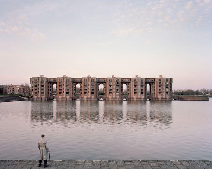 A Utopian Dream Stood Still: Ricardo Bofill's Postmodern Parisian Housing Estate of Noisy-le-Grand,Jacques, 82 ans, Le Viaduc et les Arcades du Lac, Montigny-le-Bretonneux, 2015. Image ©  Laurent Kronental