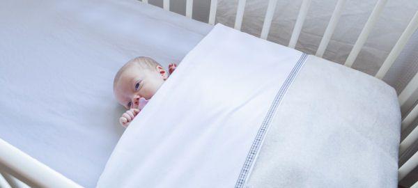 Hoe het bedje voor je baby veilig en kort opmaken?