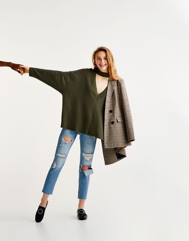 Las sudaderas de mujer + alternativas de otoño en PULL&BEAR. Sudaderas largas, oversize, con capucha, cremallera o volantes para chicas como tú.