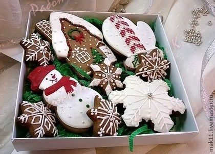 """Пряники """"Набор новогодний"""" - небольшой и оригинальный подарок.\r\nВ этот набор входят: пряник-домик, пряник-снеговик, пряник-снежинка, пряник-рукавичка и пробные прянички-снежинки."""