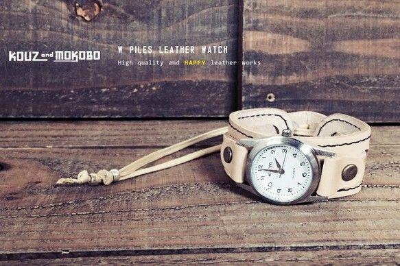 『 タラリン♪揺れる、カジュアルな腕時計 』細ベルトと太いバングル。2つのベルトからなるカジュアルなレザーウォッチ。直接、肌に触れる箇所に金具が触れない構造は敏感肌の人にも安心してご使用いただけます。アソビゴコロは忘れず、もちろん機能性も忘れない。KOUZandMOKOBOらしい逸品です。■MATERIAL:素材【本体】本牛革(ヌメ革)【コード】ワックスコード 【ビーズ】メタルビーズ 【文字盤】シルバーフレーム(盤面=白)【金具】アンティークゴールドメッキ■SIZE:サイズ【ベルト幅】太/約2.5cm 細/約1cm 【厚み】約0.5cm(文字盤除く)【コード】約10cm 【手首まわり】約15cm~最大27cm■MEANS:仕様・機能コードとサイズ調節パッチにより無段階調節可能■COLOR:販売カラーベース:ナチュラルベルト:ナチュラルパッチ:ナチュラルサイズパッチ:ナチュラルステッチ:ブラウンコード:ナチュラル※各パーツやカラーを選んで頂くことも可能です。ご希望の場合はご相談下さい。■ATTENTION:備考返品・交換については基本的に行っておりませんが、何か...