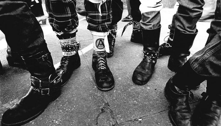 2016 Londra, un anno dedicato alla più sovversiva delle culture giovanili, ma cos'è davvero il Punk? Punk's not dead lo abbiamo letto su muri, magliette, borse di giovani ribelli: davvero è stato scritto in tutti i luoghi e in tutti i laghi. Ed è vero, il Punk non solo non è morto ma è da