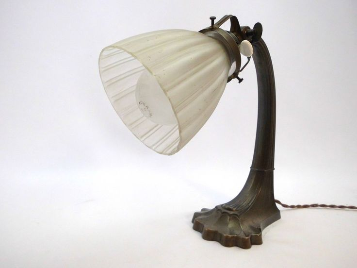 Lámpara de mesa francesa Art Deco con pantalla de vidrio opaco blanco y base de bronce / latón maravillosamente trabajada.  Francia 1920s.
