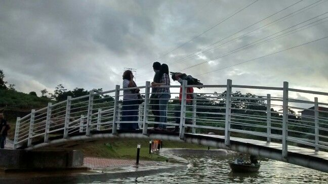Diatas jembatan mereka bekarja dan berpiknik.