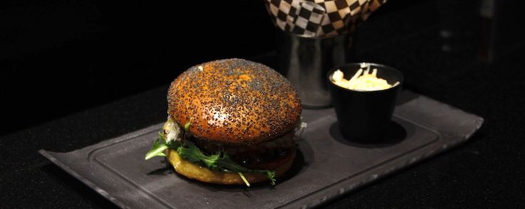 Pour les Burgers ou Fish and Chips (environ 15€) http://uppercafe.fr/fr/services