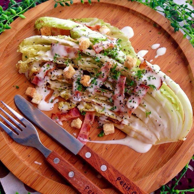 サラダの中でもシーザーサラダが1番好き‼︎‼︎ おいしーですよね〜(๑´ㅂ`๑)♡ 今日は白菜を贅沢に使って作りました◎ ベーコンを焼いたフライパンで 白菜を焼き付けるからベーコンの旨味を吸って最高ですよ〜♫ もちろん簡単に作れるのでぜひ食べてみて下さい‼︎‼︎ ●シーザードレッシング⬇︎ マヨネーズ 大2 牛乳 大2 砂糖 大1 レモン汁 大1強 粉チーズ お好みの量 にんにく(チューブ) 少々 BKペッパー 少々 シーザードレッシングはよく混ぜ合わせる。 フライパンにサラダ油をしきベーコンをカリカリに焼いたら油を切っておく。 フライパンを弱火にしてベーコンを焼いたフライパンに白菜を入れ両面焼き色を付ける。 こんがり焼けたら水(大1)を入れ蓋をして蒸し焼きにする。 白菜をお皿に盛り付けベーコン、クルトンなどお好みで乗せドレッシングをかけたら完成 ※半熟卵があるとよりおいしーですね♡ ドレッシングに使う牛乳がない場合は コーヒーに使う液体のミルクポーションでも大丈夫ですよ〜♫