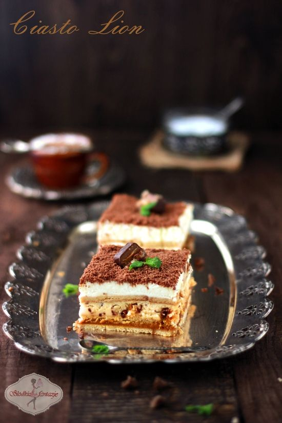 Pyszne ciasto bez pieczenia - z masą kajmakową, kremem kajmakowym, bitą śmietaną i batonikami Lion.