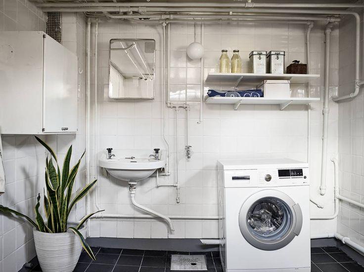 Fräsch tvättstuga med alldeles ny tvättmaskin