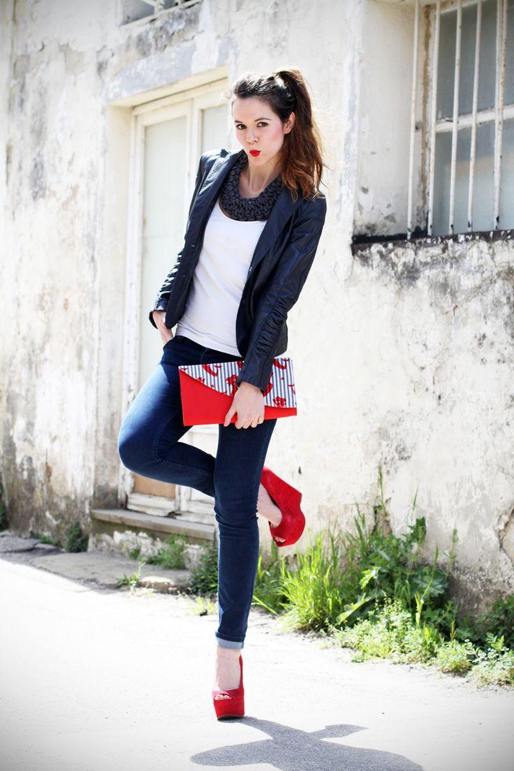 stile marinaro   fashion blogger   outfit   streetstyle   look   giacca pelle   chiodo pelle   collana corda   marinaretto   zeppe rosse   scarpe rosse   righe   borsa righe   pochette   jeans   denim (2)