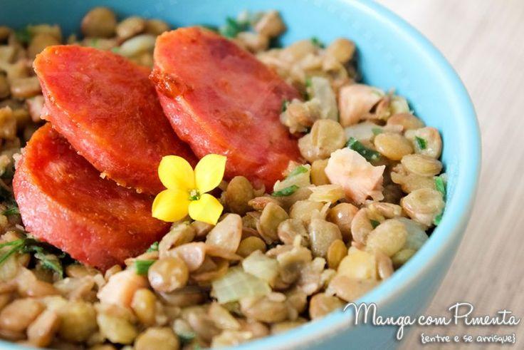Lentilha com Linguiça, perfeito para um almoço descontraído em família.  Para ver a receita, clique na imagem para ir ao Manga com Pimenta.