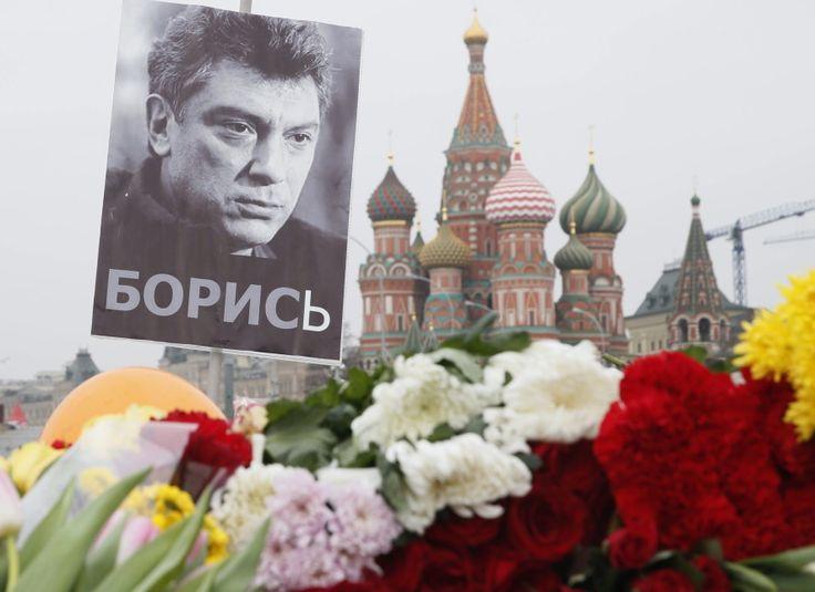 Portret zastrzelonego lidera opozycji demokratycznej Borysa Niemcowa ponad kwiatami złożonymi przez mieszkańców Moskwy - http://www.tvn24.pl/zdjecia/zdjecie-dnia,31565.html