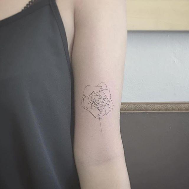 Com agulhas únicas, East consegue criar tatuagens minimalistas com traços…