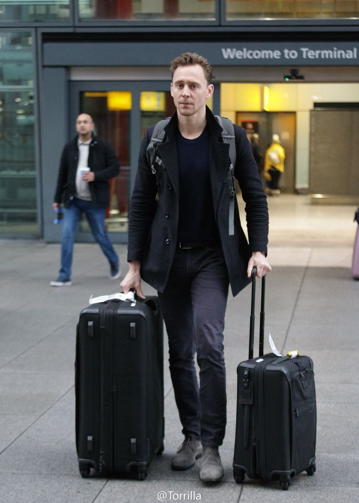 Tom Hiddleston spotted arriving at Heathrow Airport from Los Angeles on February 21, 2017. Via Torrilla. Higher resolution image: http://ww4.sinaimg.cn/large/6e14d388gy1fcylypk8k8j21bm1uokjl.jpg