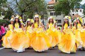 Фуншал, Мадейра - 20 апреля 2015: Молодые девушки, танцы в фестиваль цветов на Мадейре, Фуншал, Португалия — стоковое фото