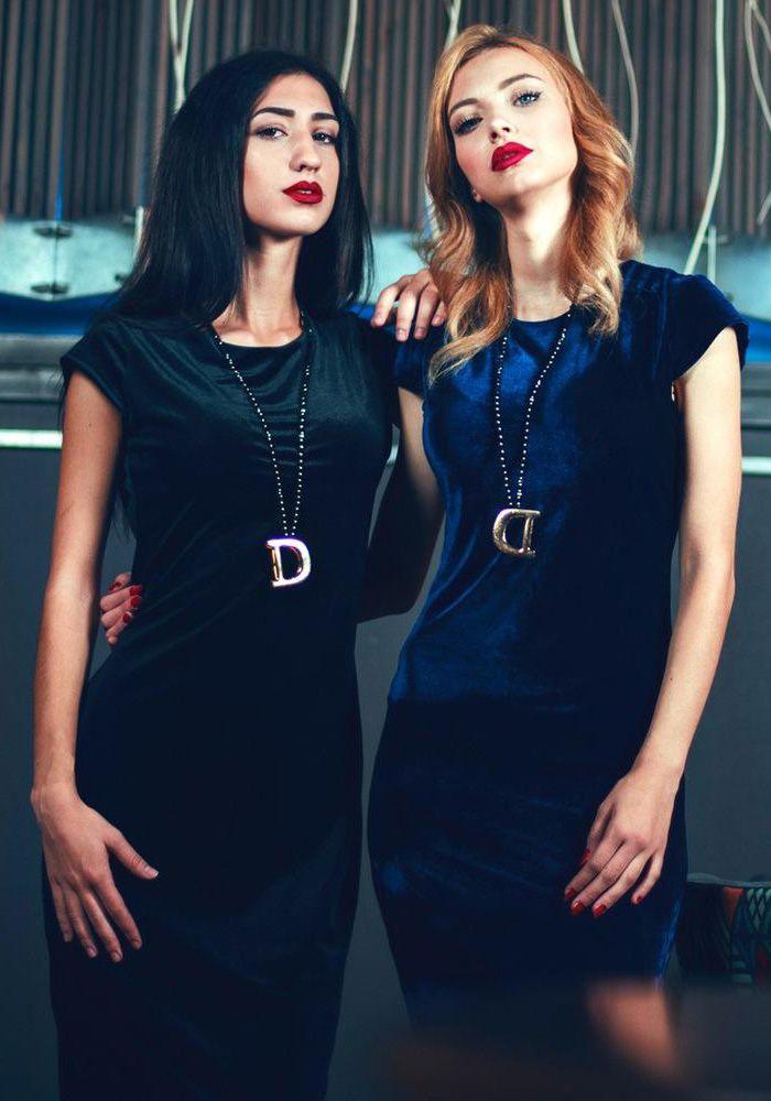 Φόρεμα βελούδο ελαστικό με κοντό μανίκι. Το φόρεμα είναι midi με λαιμόκοψη και έχει φερμουάρ στη πλάτη. Είναι ένα κομψό φόρεμα που μπορεί να φορεθεί όλες τις ώρες. Συνδυάζεται με γόβες η μποτάκια.  POLYESTER 95% - ELASTHAN 5%