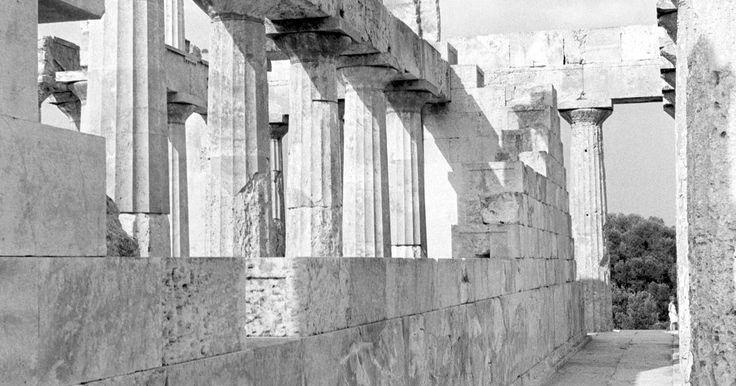 """Similitudes entre las culturas griega y romana. Hay tal similitud entre las antiguas culturas griega y romana que las dos son a menudo confundidas como una encarnación de las mismas tradiciones culturales, como en el término """"greco-romano"""" o """"clásico"""". La cultura clásica griega, que floreció desde el siglo V hasta el siglo IV antes de Cristo, tuvo una profunda influencia en el Imperio Romano, ..."""