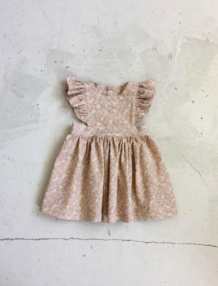 En meget meget fin og yndig kjole og et dejligt mønster fra Bebekins . Ret nem at sy.  Stof fra City Sycenter - Synes det har den fineste fa...