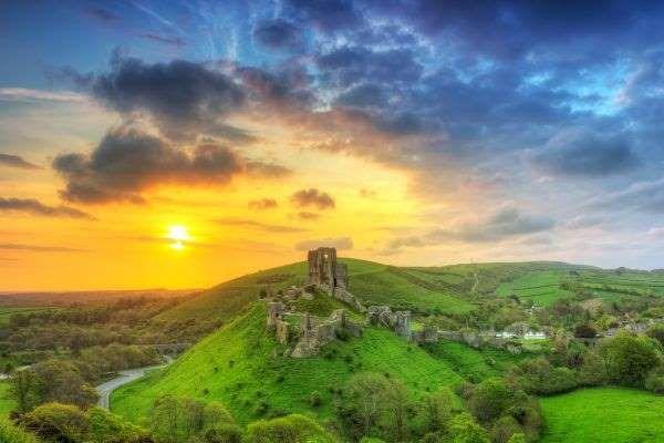 Die in den Purbeck Hills gelegene Burg Corfe ist einer der romantischsten Orte des Landes und der He... - Patryk KoÅ›mider/123RF