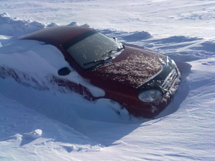 Jazdiť autom je pohodlné, nemusíte sa tlačiť vo verejnej doprave a závisí len na vás, aký bude plán vašej cesty. Zároveň však existujú starostí a to najmä počas zimného obdobia – každodenné čistenie auta od snehu a ľadu, zahmlené sklá a svetlá alebo pokryté ľadom, čo môže spôsobiť aj vážnu