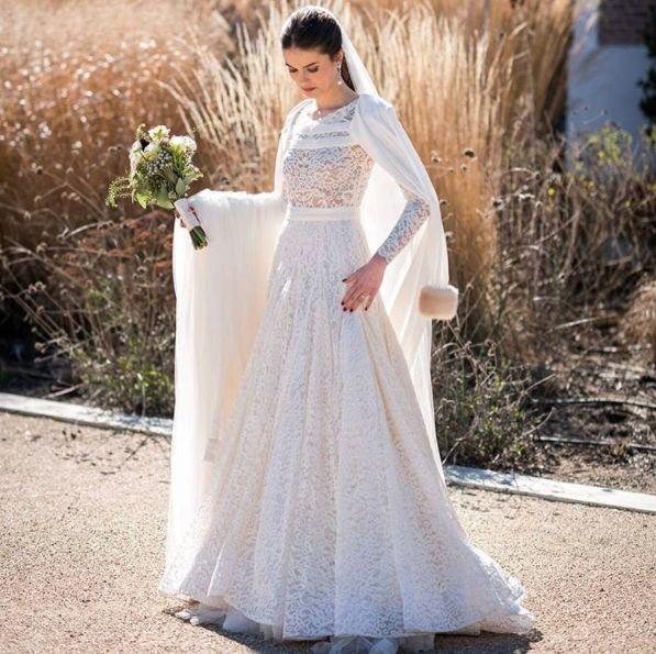 The amazing #beauty of @carolzbbb looking #stunning in her #robertodiz #wedding #dress #tul #tulle #bride #beauty #bridal #novias #noviasconestilo #mariee #robedemariée #brides #blanco #boda #weddingdress #vestido #lace #velvet #style #fashion #mode #seville #madrid #paris #la source @alvarotalayero #instagram Ph @liven_ph