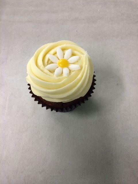 Carrot Cupcake with hand made daisy - Cupcakes for Easter SCx