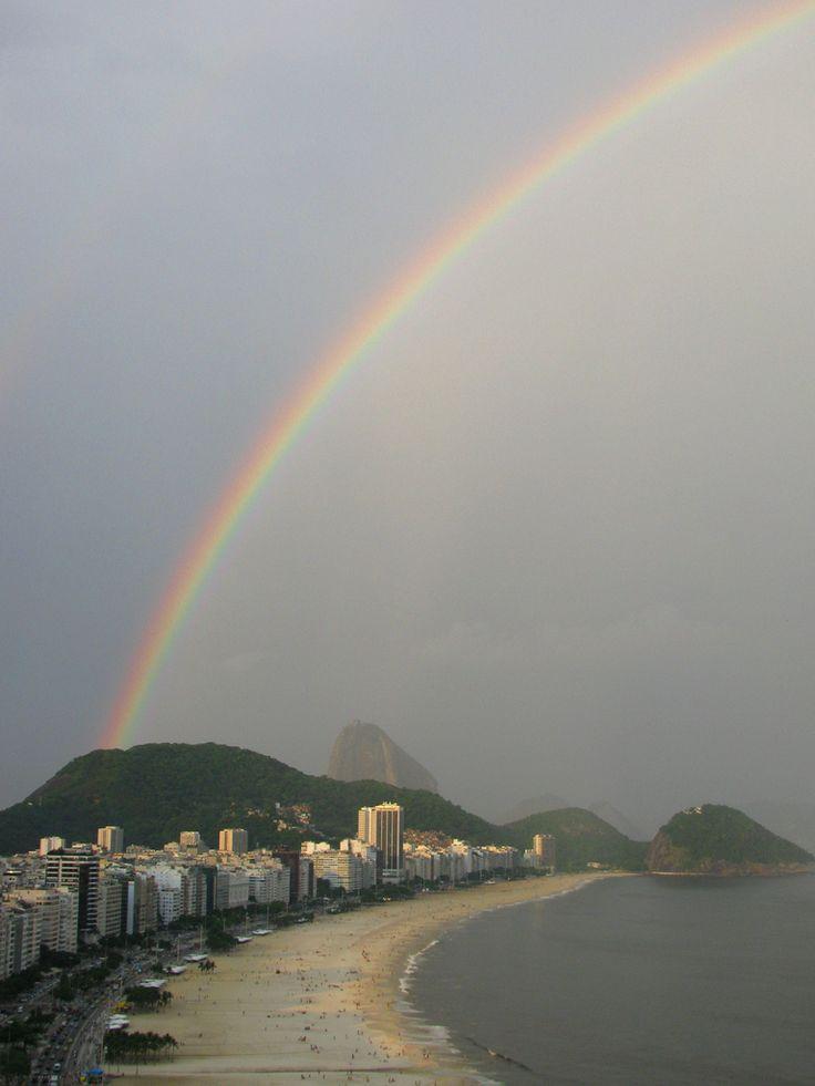 https://flic.kr/p/bypLF6 | Arcoíris en Copacabana | A lo lejos se veían venir unas nubes. Lentamente el cielo se cubrió con un manto gris y de pronto escuchamos los primeros truenos. Estábamos en la piscina, ubicada en la azotea del Hotel Othon Palace. Minutos después cayeron las primeras gotas y comenzó a dibujarse la figura de un arcoris que partía en plena ciudad de Río de Janeiro y terminaba en medio del Océano Atlántico. En eso saqué mi cámara, la protegí con mis manos de la lluvia y…
