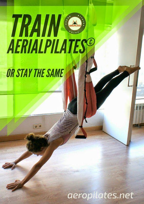 Pilates Aérien: Posture acrobatique, la planche sur le hamac de yoga et pilates. une vidéo-exercice avec Rafael Martinez, createur de la méthode AeroYoga® et précurseur du YOGA AÉRIEN© ET du PILATES AÉRIEN© en Europe. Ver el perfil de Conceptual Fitness© en LinkedIn Instagram Faisons aujourd'hui la posture de la Planche Aérienne … Nous commençons par une extension des jambes, jambes séparées. Nous profitons d'une extension des jambes complète et tout le système musculaire. Les mains sont…