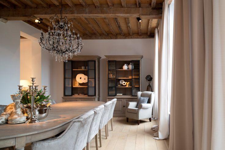 In het hartje van Mechelen verzorgde Charrell de totaalinrichting van een prachtig historisch appartement. Het resultaat is warm en sfeervol in een natuurlijke, vrij landelijke stijl. Voor de eigenaar is de opdracht alvast 100% geslaagd: 'Hier voel ik me eindelijk helemaal thuis'. Naturel met een twist