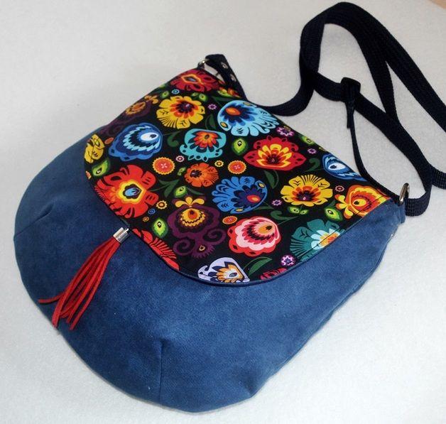 Pracownia torebek artystycznych UniQueBags oferuje:  Zgrabną, dużą torebkę listonoszkę wykonaną z kolorowej bawełny we wzór łowicki i zamszu alkantara. W srodku duża kieszonka na suwak.Torebka...