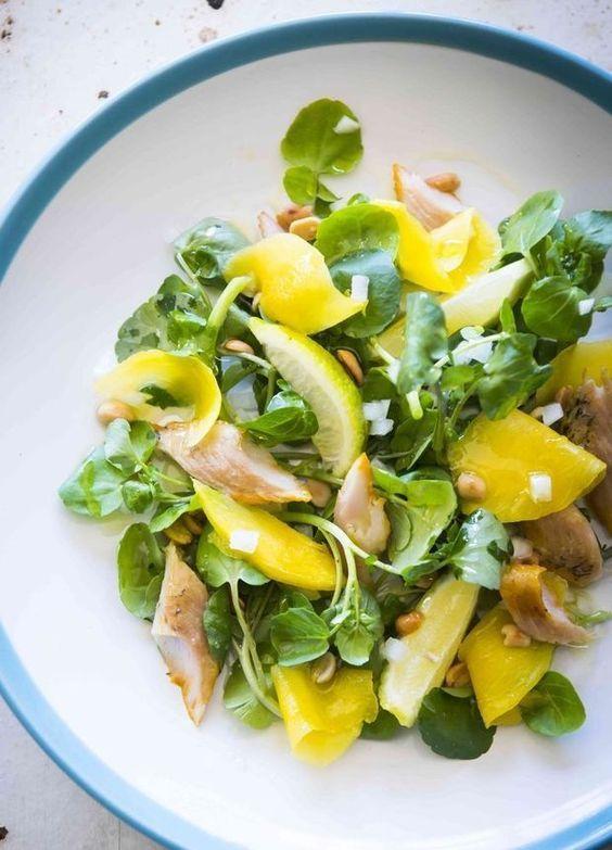 Salade van mango, gerookte forel, geroosterde pinda's en waterkers