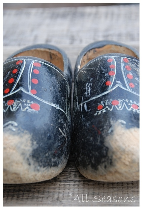 Not a pretty a blue as the ones I wore all the time in Aruba until they were outgrown.  I outgrew several pair, but only have one that was saved ... alas!  Need a pair for my garden and another for trodding around the oval in snow and rainy trips to the mailbox.