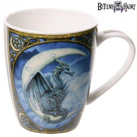 Porcelánový hrnek s potiskem krásného draka sedícího na srpku měsíce.