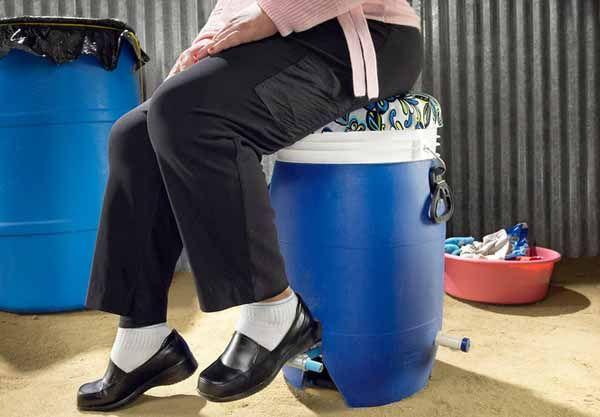 GiraDora. Lavadora y secadora a pedal. GiraDora es una lavadora – secadora manual que funciona con un pedal que hace girar el tambor. Esta diseñada para que la persona que se sienta en ella haga girar el pedal.  Ha sido diseñada por Alex Cabunoc y Ji A You. Lavar la ropa les supone a las personas unas 6 horas. Para esto han diseñado GiraDora, para liberar a las personas de ese tiempo, una lavadora de propulsión humana que tiene un precio cercano a los 40 $.