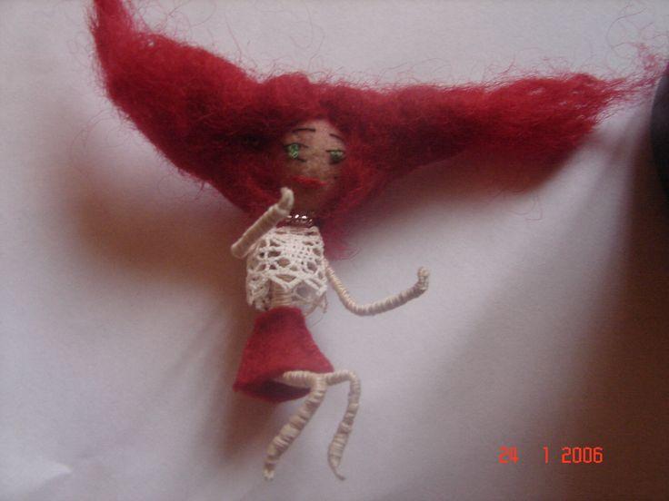 1 mini broche poupée cheveux rouge bordeaux feutrine laine et fil de fer 7 centimètres de haut fait main : Broche par nalisade