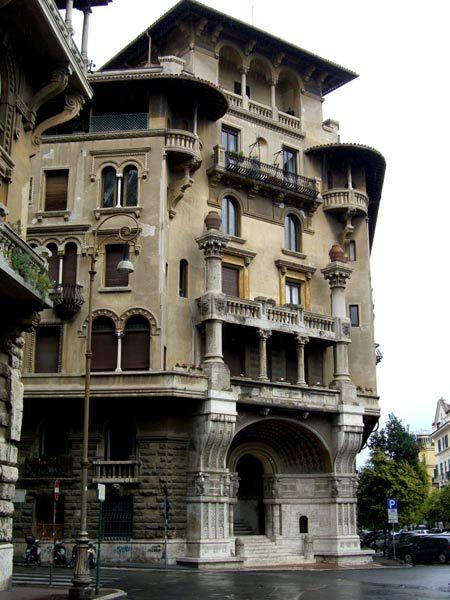 Milano, via Cappuccini. nell'androne maschera marmorea di De Wildt