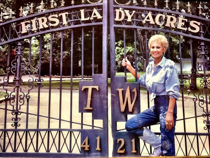 https://flic.kr/p/BYLvvh   Tammy by the First Lady Acres sign on her driveway gate