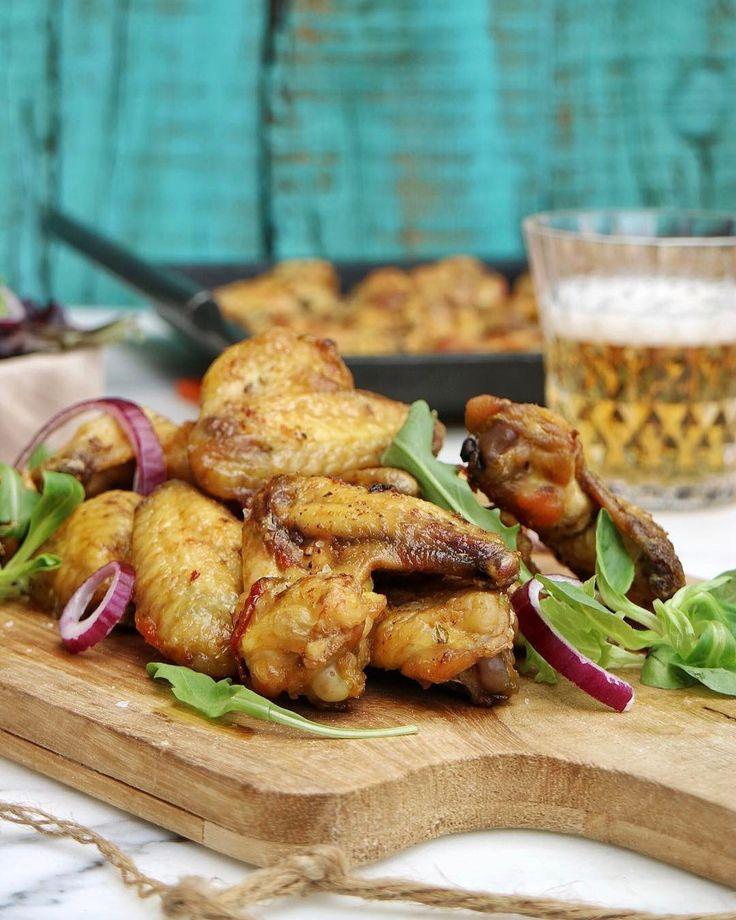 Si os chiflan las típicas alitas de pollo con salsa barbacoa, hoy os traigo una variante igual de rica... o más ;). Receta de mi madre, ...