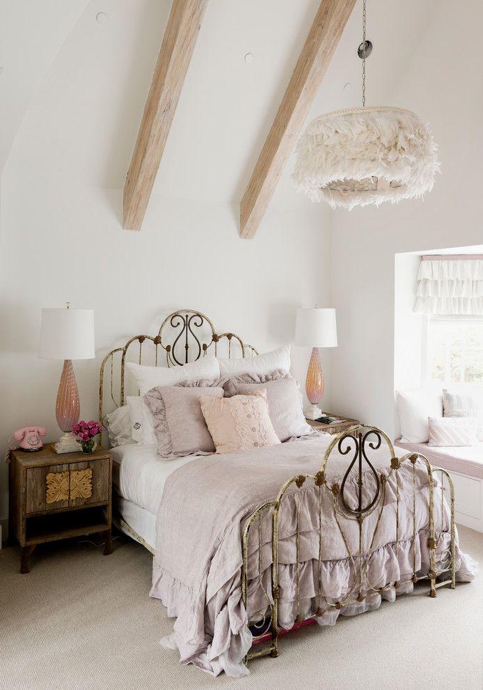 Спальные комнаты: как организовать интерьер в условиях ограниченного пространства и 85 лучших реализаций http://happymodern.ru/spalnya-9-kv-m-dizajn-foto/ Красивая люстра в стиле шебби шик и дополнительные торшеры по бокам кровати