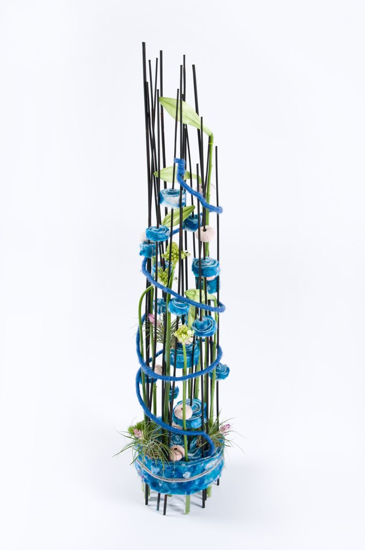 Bright blue wool finishes this floral arrangement. Use Lehner Wolle³ Wool within your floral arrangements and decorations.  View the colours and styles available on the website www.oasisfloral.com