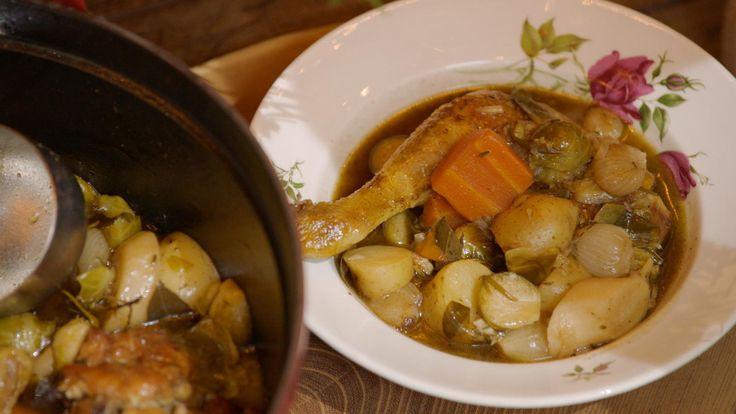Een pot-au-feu is een Frans stoofpotje. Jeroen gebruikt een stevige kip en winterse groenten als spruiten, wortelen, peterseliewortels en aardperen.