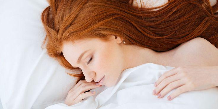 Draaien, plafondstaren, draaien… Het valt soms niet mee om de slaap te vatten. De oplossing ligt in het ritme van de natuur: regelmaat en duisternis. Heel simpel, maar misschien juist daarom zo moeilijk. Wat gebeurt er net voor het moment dat we in slaap vallen? Bijna ongemerkt heel veel. Roselyne Rijsman is neuroloog en hoofd…