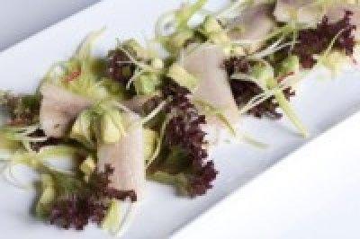 Salade met gerookte paling en avocado is een lekker recept en bevat de volgende ingrediënten: 200 gram gerookte palingfilets, 2 avocado's, 1 prei, 1/2 rode chilipeper, 1 krop rode friseé sla, 4 eetlepels olijfolie, 4 eetlepels citroensap, 2 eetlepels suiker