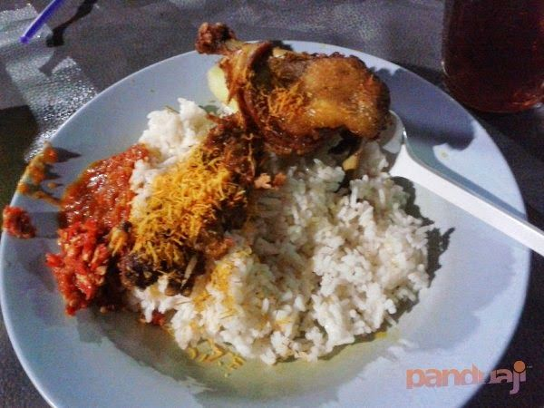 Nyoba kuliner bebek tugu pahlawan surabaya. Recomended buat yang suka bebek dengan sambal yang cukup pedas. Meski terkenal antri, simak tips trik biar datang tepat waktu ;)